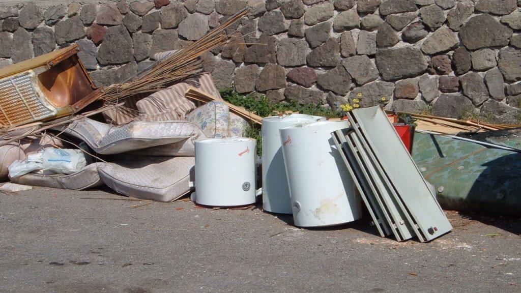RIFIUTI INGOMBRANTI, SPARSI IN GIRO 372 TONNELLATE