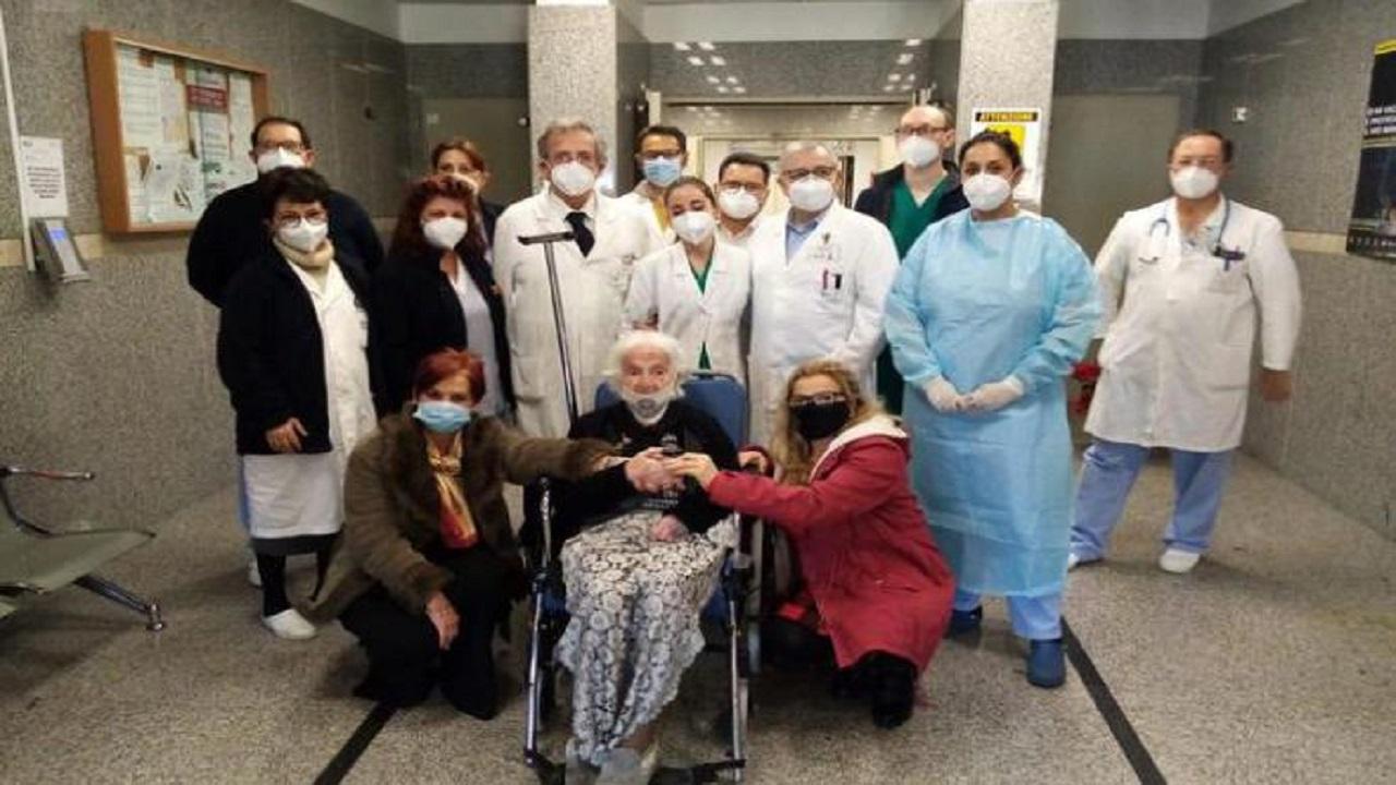 Centenaria sconfigge il Covid e dopo 12 giorni lascia l'ospedale