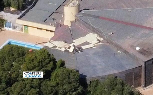 Terme, degrado senza limiti. Il tetto della piscina del parco seriamente danneggiato