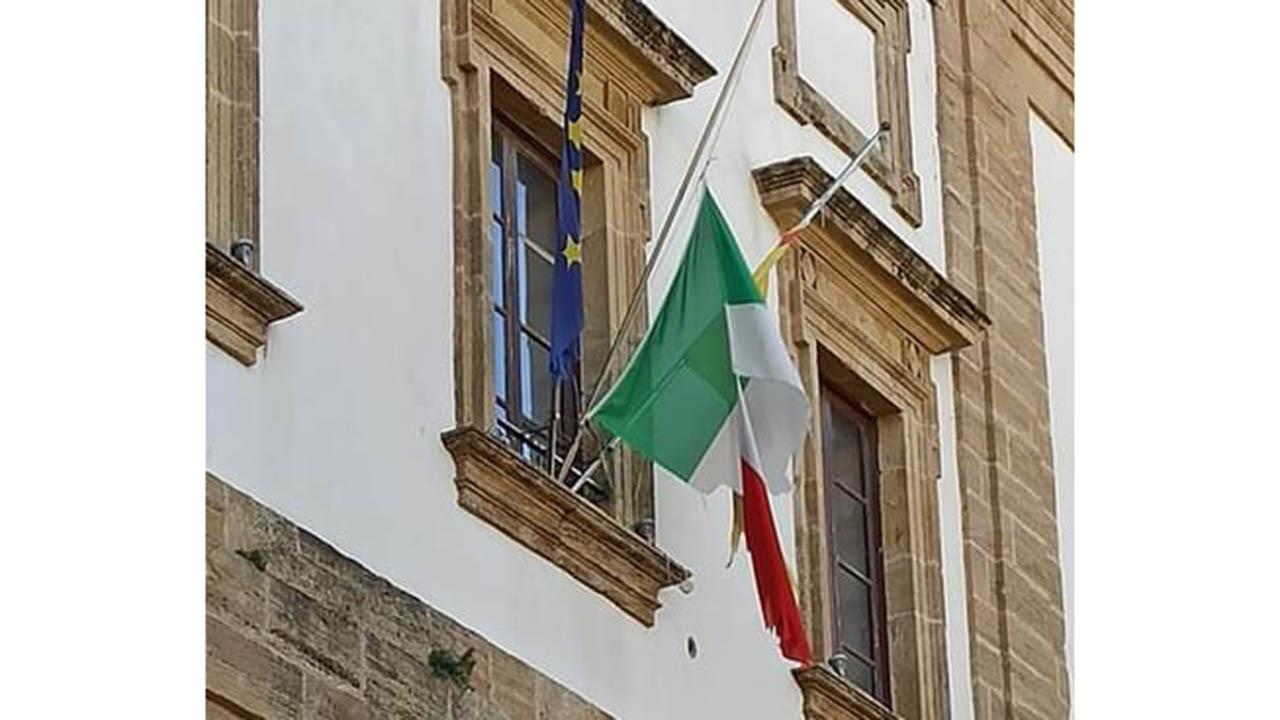 Quel Tricolore degradato, simbolo della Patria lasciato a brandelli e a mezz'asta