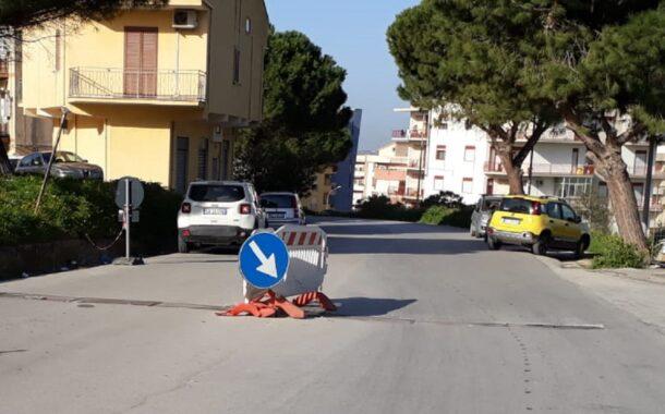 Via De Gasperi, segnalazione dei residenti. Da mesi 2 transenne per canalette danneggiate