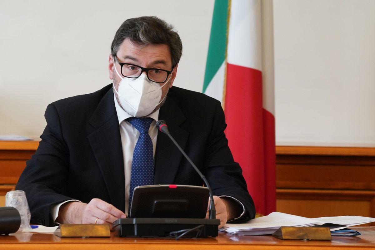 """Covid, Giorgetti """"Vaccini e protocolli per assicurare riaperture"""""""