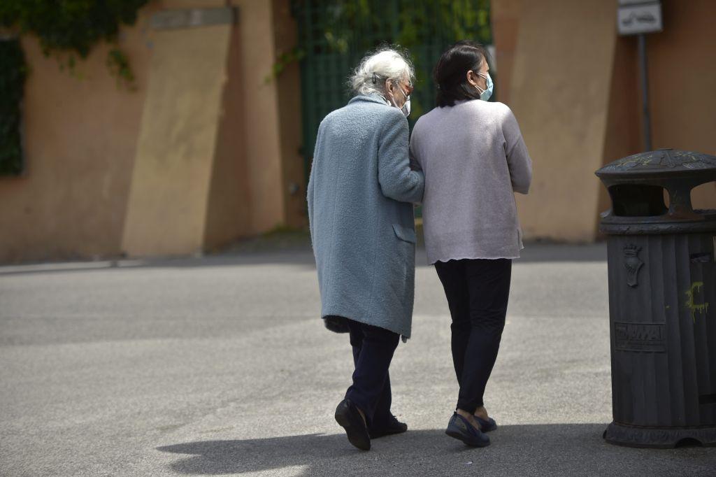 Le badanti dopo la pandemia, sono più anziane e il 60% lavora in nero