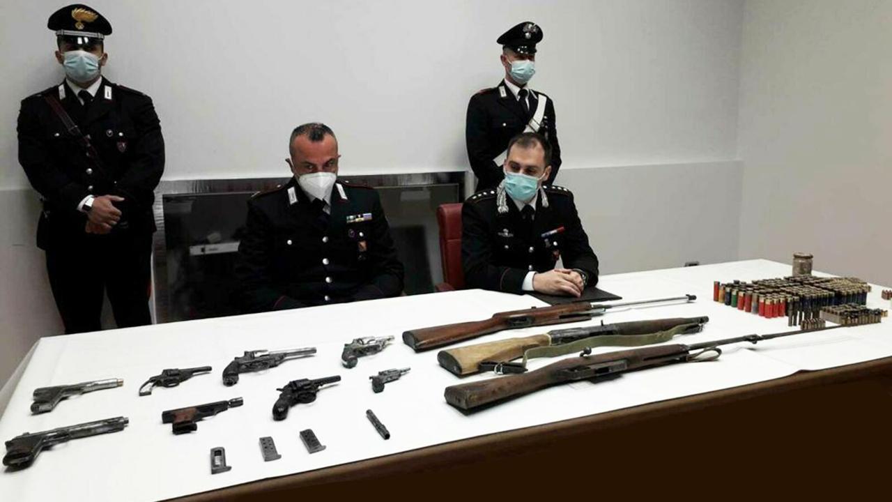 Raffadali, deteneva arsenale di pistole e fucili con matricola abrasa e canne mozzate, ma anche droga: arrestato muratore