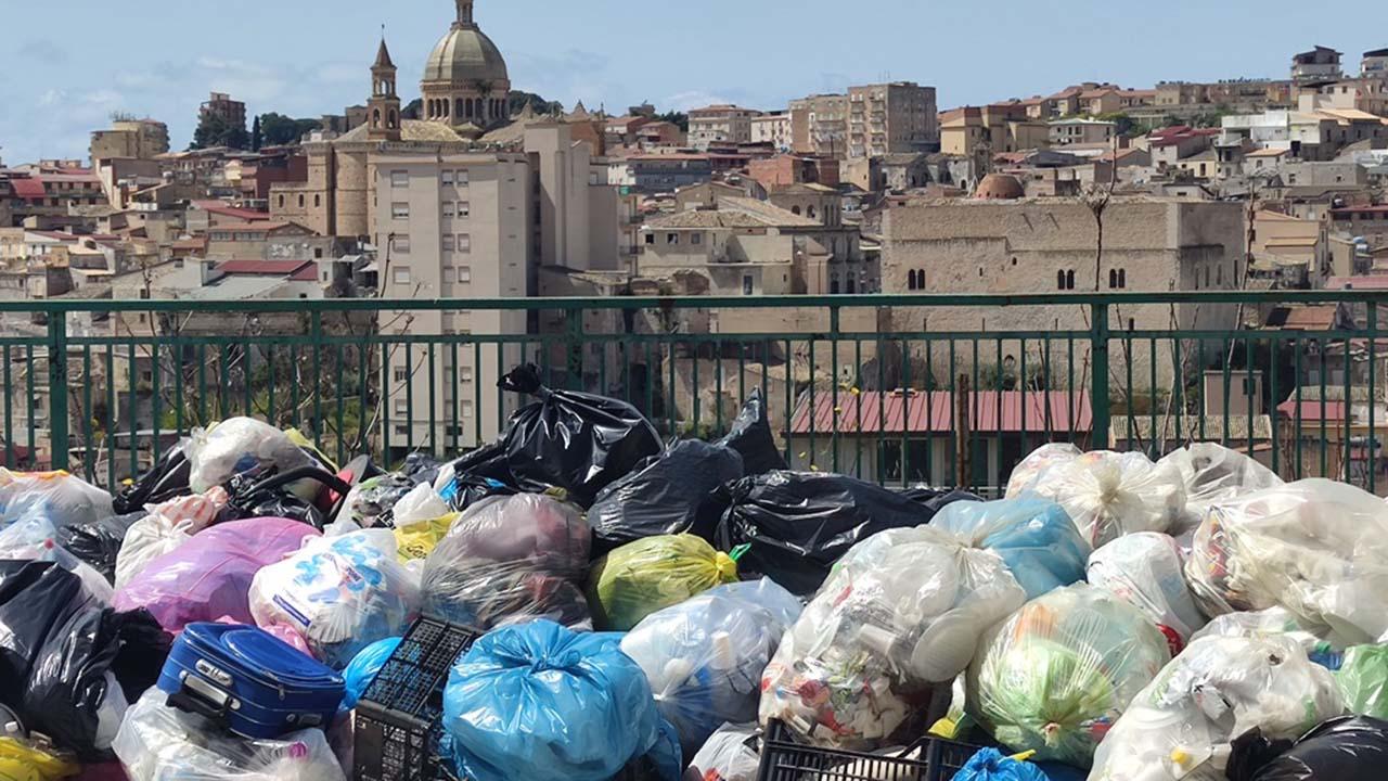 Favara nel caos dei rifiuti e nell'anticamera della zona rossa <font color=