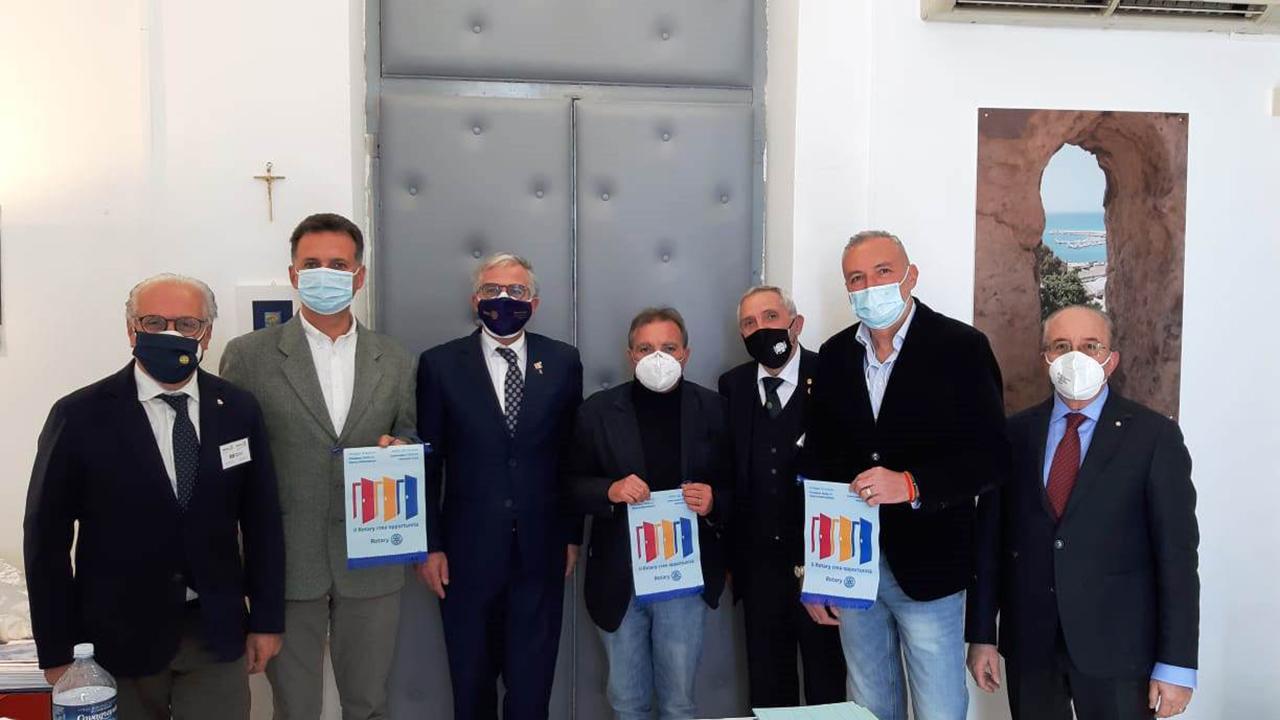 """Vaccinazioni covid, volontari del Rotary e dei """"Medici in Strada"""" in supporto al personale ASP nell'hub di Agrigento"""