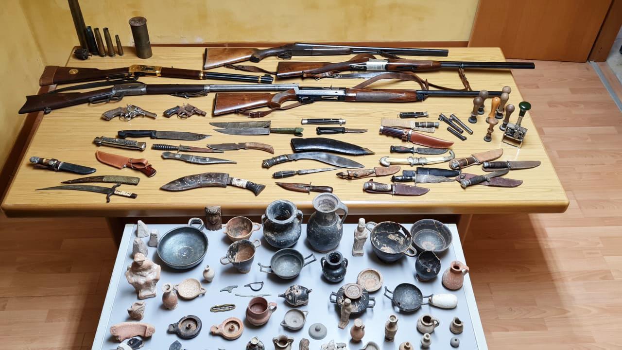 Manette per collezionista saccense: fucili, pistole, pugnali, stiletti e reperti archeologici <font color=