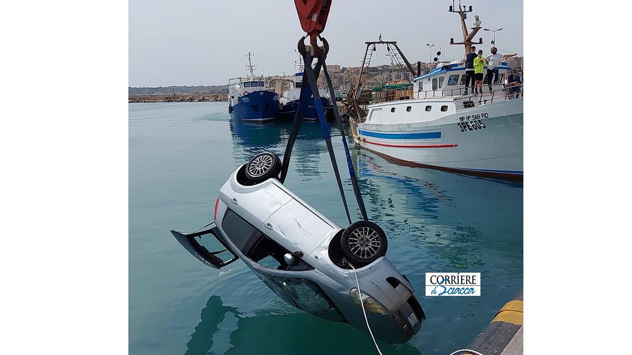 Anziano finisce in mare con l'auto al porto. Salvato dai pescatori