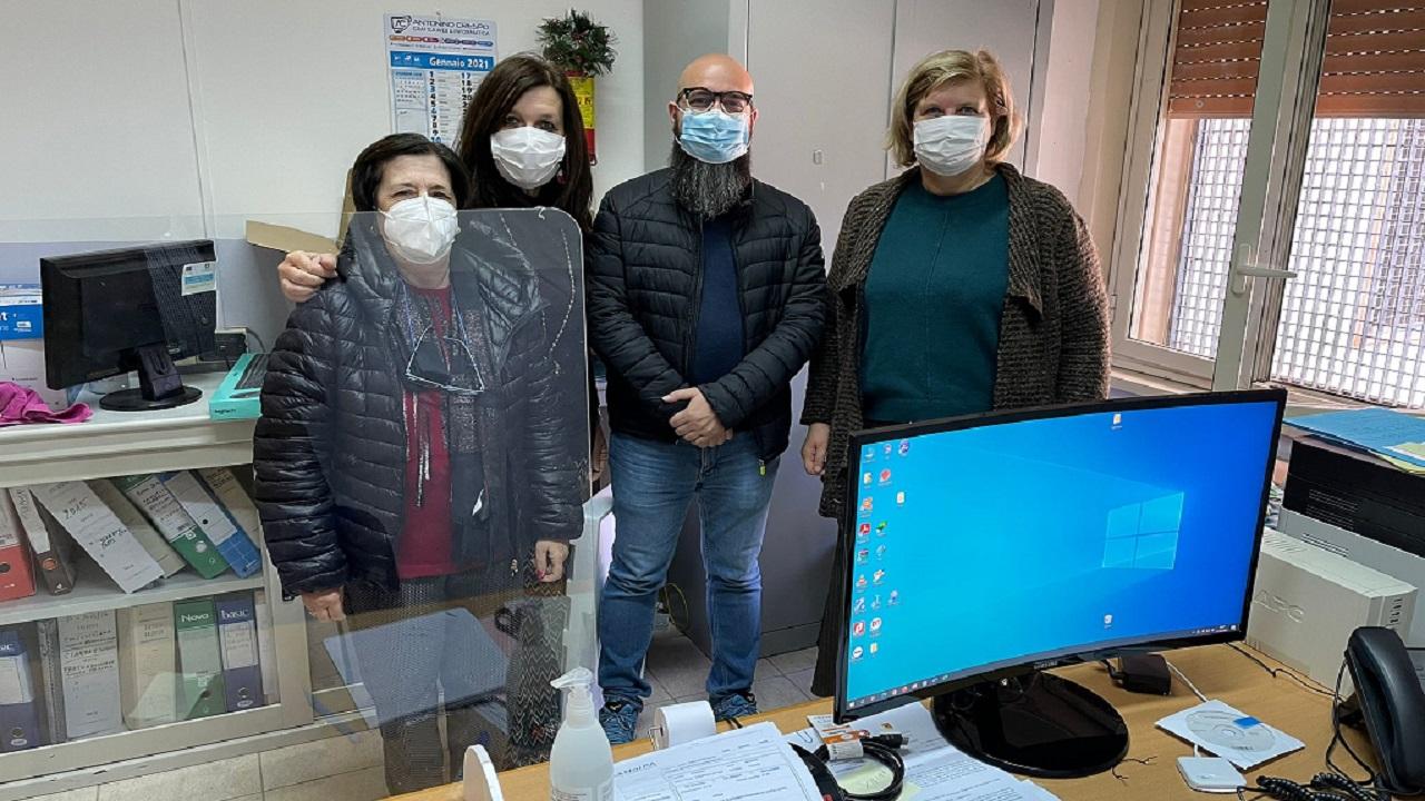 Istituto Walden dona un computer alla scuola Santi Bivona dopo il furto subito