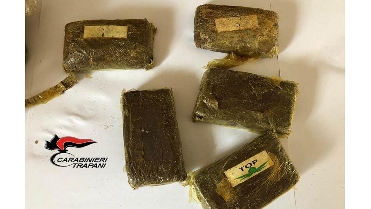 Campobello Di Mazara, la droga continua a spiaggiarsi: quasi 1 chilo di hashish sul bagnasciuga
