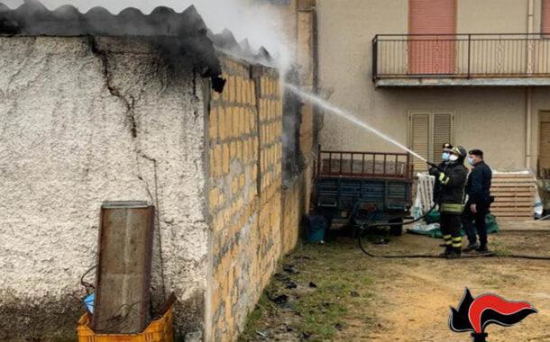 Partanna, a fuoco un deposito con mezzi agricoli