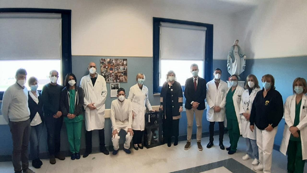 Paziente guarita dal Covid dona tv all'ospedale