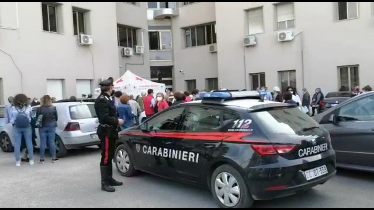 Sciacca, vaccinazioni anti covid creano assembramenti: interviene pattuglia dei carabinieri