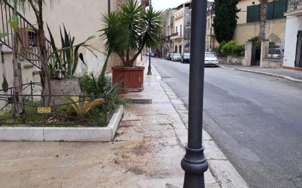 Spostato il vaso di corso Vittorio Emanuele che ostacolava passaggio pedonale