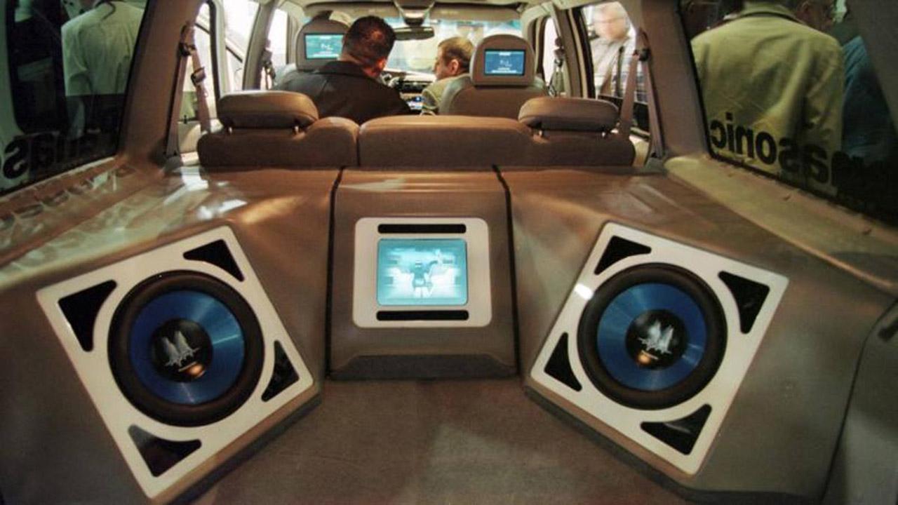 Musica a tutto volume in auto: è legale?