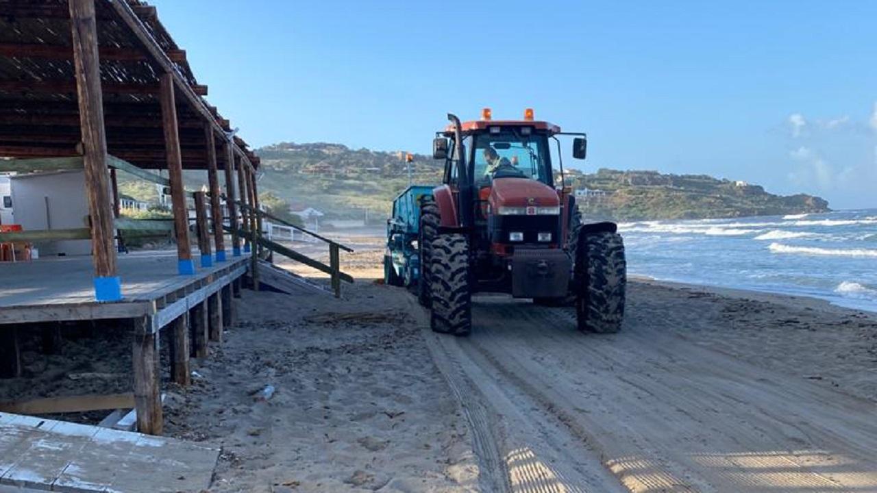 Pulizia spiagge in corso