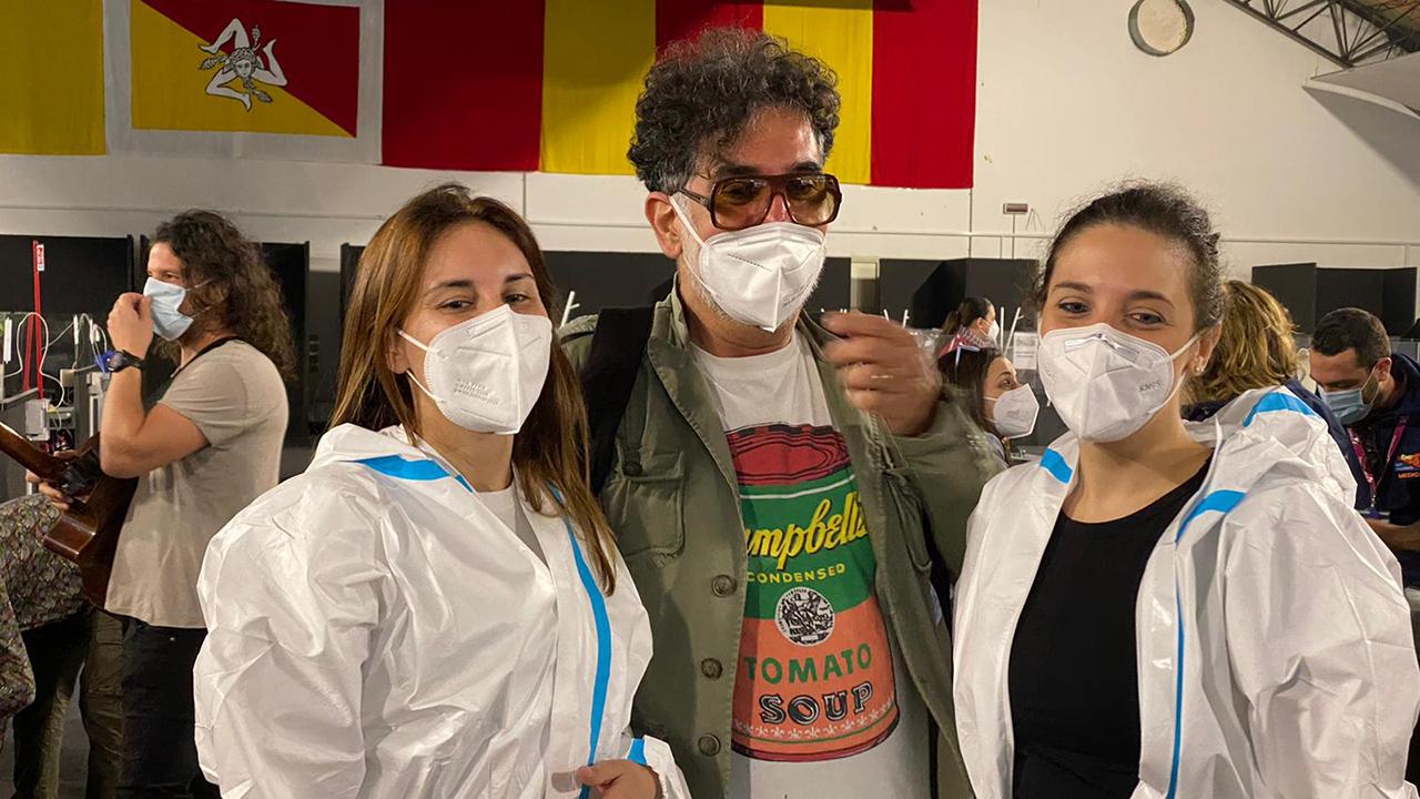 """Lello Analfino canta ai lavoratori dell'emergenza sanitaria: """"Cocciu d'Amuri"""" e """"92100"""" <font color="""