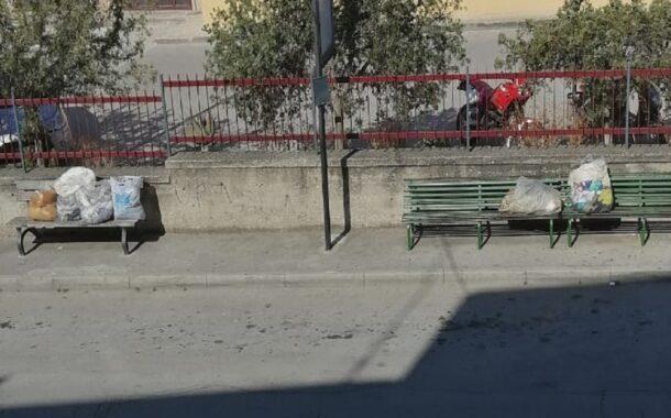 In corso Miraglia sacchetti di rifiuti lasciati sulle panchine
