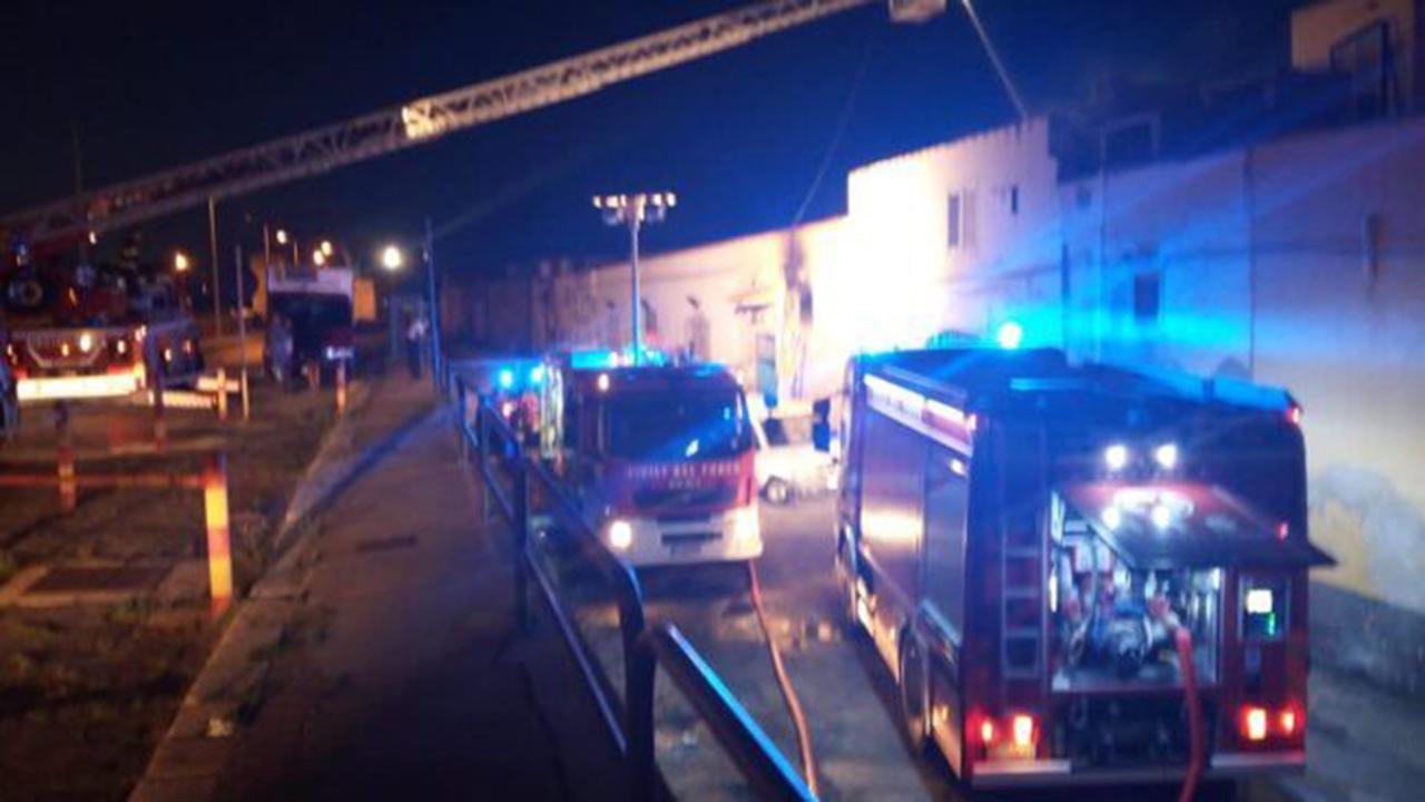 Porto Empedocle, inferno di fuoco: distrutto deposito di pesce