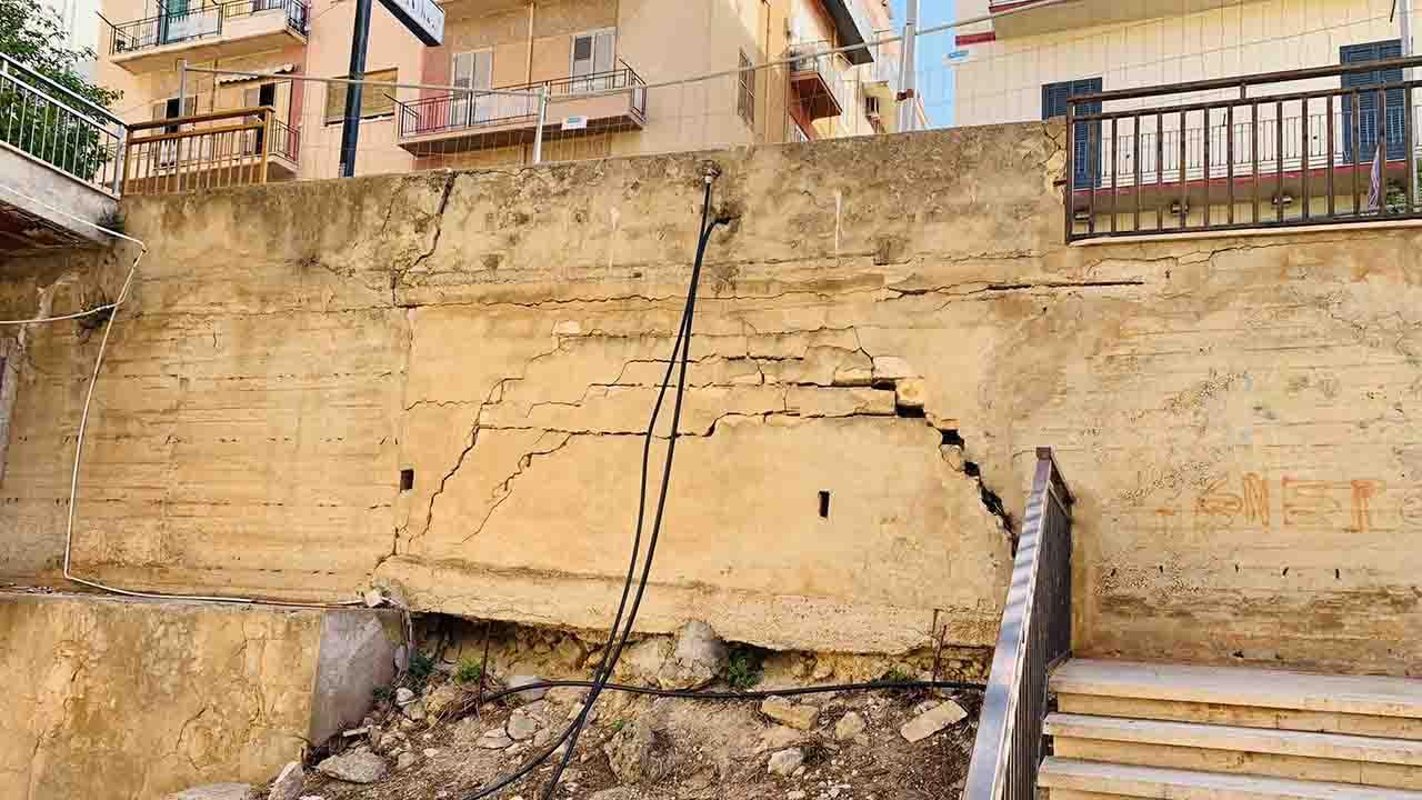 Muro pericolante in via Capuccini. Le solite transenne in attesa di