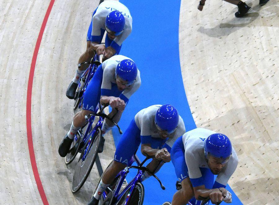 Ciclismo, Italia in finale oro nell'inseguimento squadre uomini