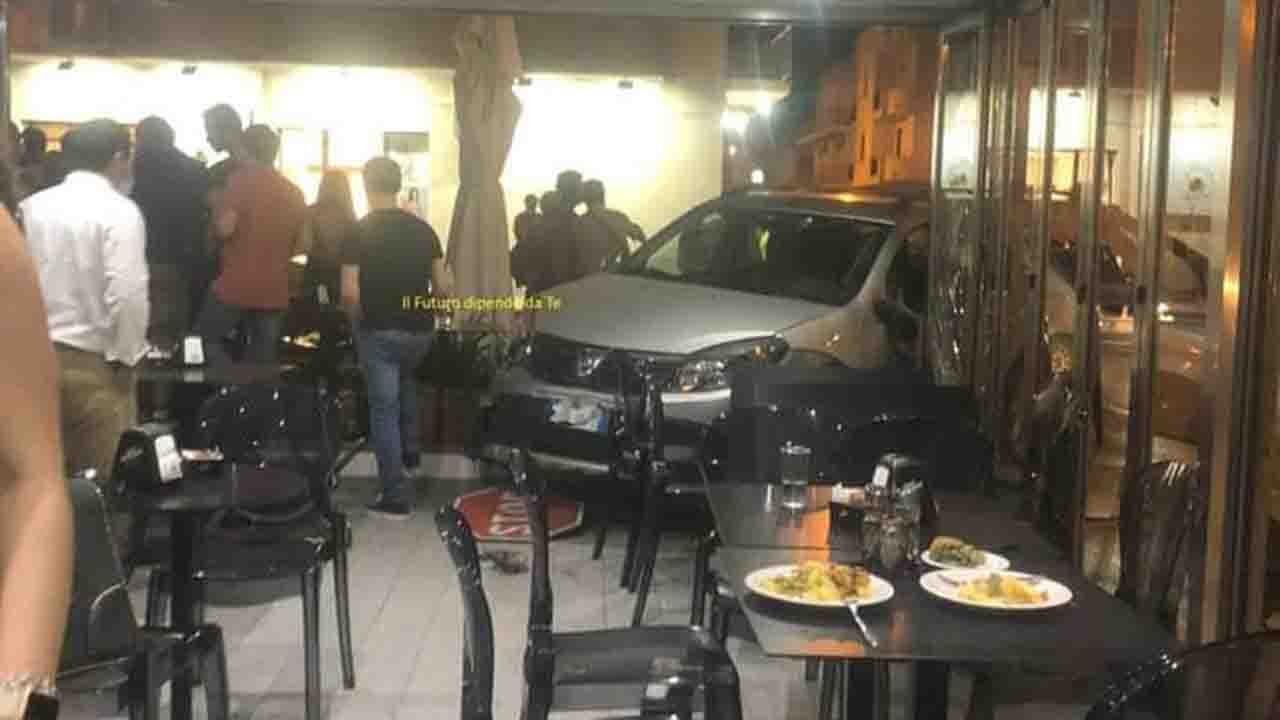 Menfi, auto finisce nel bar. Evitato il peggio