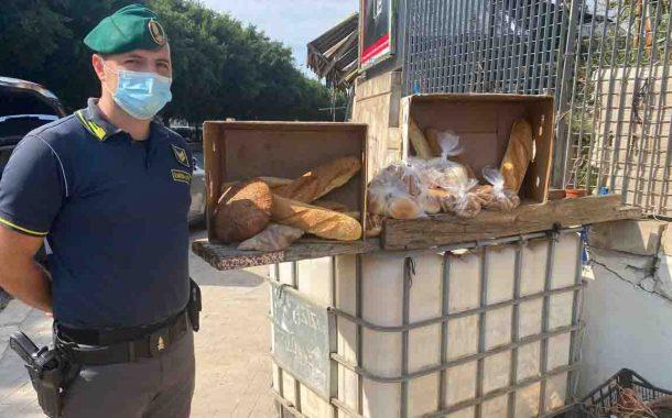 Palermo, sequestrati 40 kg di pane e biscotti venduti in strada in cattivo stato di conservazione